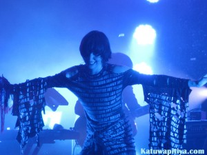 Karen O rocking with the crowd
